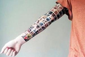 Χτύπησε τατουάζ με 152 φίλους από το facebook
