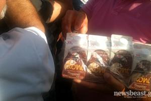 Εργαζόμενοι της «Δωδώνη» μοιράζουν γάλα στο Σύνταγμα