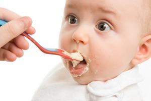 Πώς να ταΐσετε το μωρό σας στα πρώτα του βήματα