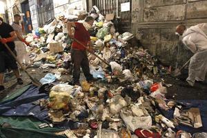 Τα σκουπίδια πνίγουν τη Νάπολη