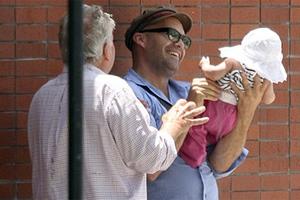 Δημόσια κανακεύει την κόρη του ο Billy Zane