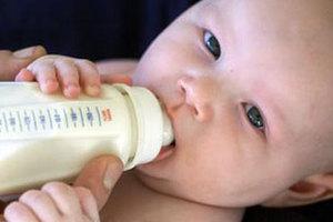 Ζεστάνετε το γάλα του μωρού στο ταξίδι