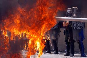 Καίγεται η Αθήνα από τις ταραχές
