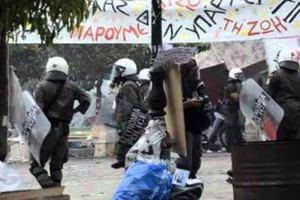 Άνδρας των ΜΑΤ χτυπά εν ψυχρώ διαδηλωτή στο κεφάλι