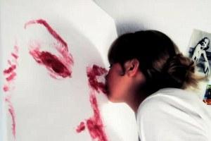 Φτιάχνει πορτραίτα με φιλιά από κραγιόν