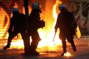 Στις φλόγες τρία περιπολικά από μολότοφ στο Α.Τ. Δάφνης