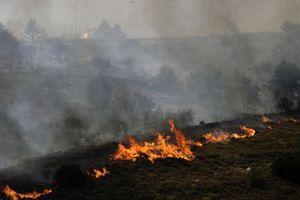 Μαίνεται η φωτιά στο Καστρί Πηλίου