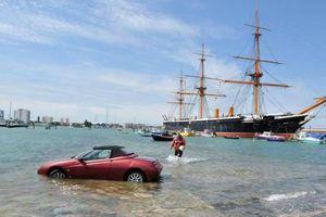 Πάρκαρε στη θάλασσα κι έφυγε