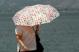 Απαραίτητη η ομπρέλα και το καλοκαίρι