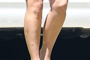 Με μίνι φούστα κυκλοφόρησε η  Kim Kardashian