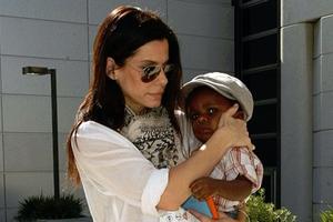Κλέβει την παράσταση ο γιος της Sandra Bullock
