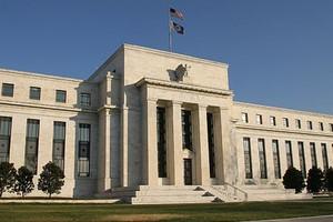 Σχεδόν μηδενικά διατηρεί τα επιτόκιά της η Fed