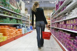Σούπερ μάρκετ μοιράζει τρόφιμα σε φτωχούς