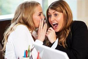 Πέντε ώρες την ημέρα κουτσομπολεύουν οι γυναίκες