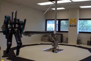Ένα ρομπότ που τρέχει σαν άνθρωπος!