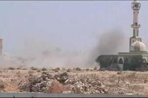 Καπνός υψώνεται από το συγκρότημα του Καντάφι
