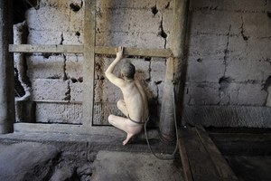 Κρατά για 23 χρόνια αλυσοδεμένο γυμνό τον γιο της