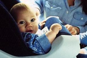 Έδεσε μωρό στην οροφή αυτοκινήτου!
