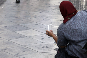 Ζητιάνα έκρυβε στα ρούχα της 45.000 ευρώ!