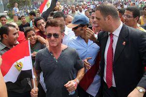 Ο Σον Πεν στην πλατεία Ταχρίρ