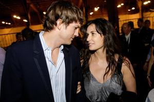 Ζητάει γονατιστός συγγνώμη ο Ashton Kutcher