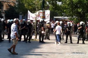 Αστυνομικοί απωθούν κουκουλοφόρους από την πλατεία Συντάγματος