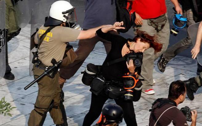 Συνέλαβαν τον αστυνομικό που χτύπησε τη φωτορεπόρτερ