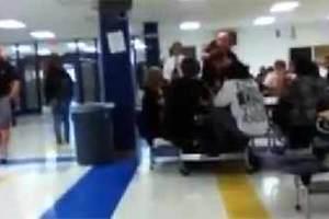 Αστυνομικός σηκώνει και πετά μαθητή σε τραπέζι