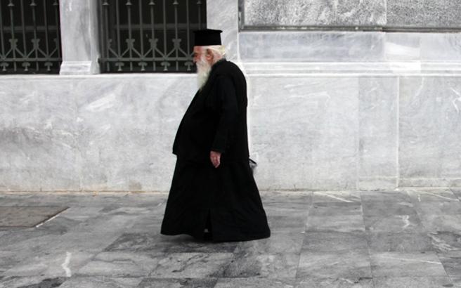 Ιερέας άφησε την κηδεία στη μέση