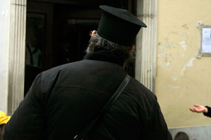Ντύθηκε παπάς και λήστεψε τράπεζα στην Ερέτρια