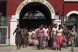 Ελεύθεροι αφέθηκαν πολιτικοί κρατούμενοι στη Μιανμάρ