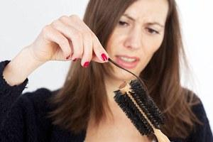 Πώς να καθαρίσετε τη βούρτσα για τα μαλλιά