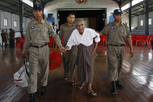 Ελεύθεροι 300 πολιτικοί κρατούμενοι στη Μιανμάρ
