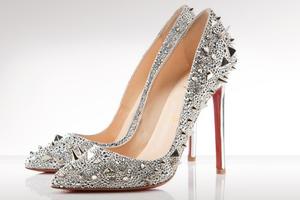 Αυτά τα παπούτσια μην της τα δώσετε στο χέρι! Κοστίζουν...