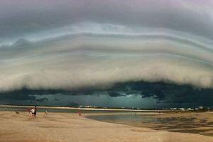 Ένα σύννεφο ετοιμάζεται να «καταπιεί» μια παραλία
