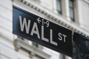 Πενταπλάσιος ο μισθός των τραπεζιτών στη Νέα Υόρκη