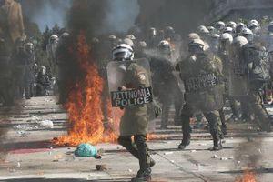 Άνδρες των ΜΑΤ επιτέθηκαν σε αστυνομικό με πολιτικά!