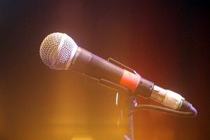 Τραγουδιστής πλάκωσε στα χαστούκια τη φίλη του