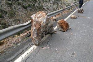 Βράχος έπεσε σε λεωφορείο εν κινήσει