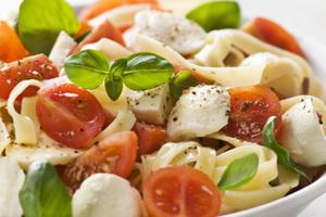 Σαλάτα με ζυμαρικά και σάλτσα ρόκας