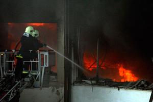 Στις φλόγες τη νύχτα κατάστημα στα Καμίνια