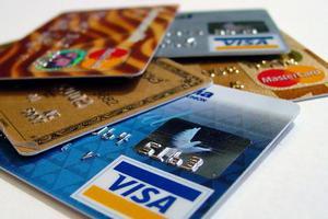 Μειώνουν τα όρια των πιστωτικών καρτών έως 50%