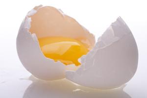 Πώς το αυγό βοηθάει τα ταλαιπωρημένα μαλλιά