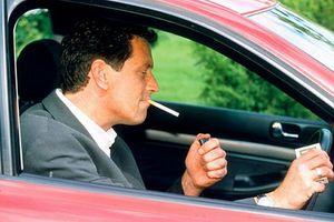 Το κάπνισμα στο αυτοκίνητο ρυπαίνει περισσότερο