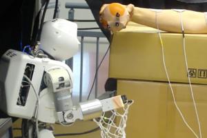 Ρομπότ ελέγχει το χέρι ανθρώπου