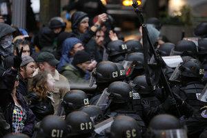 Η διαδηλώτρια που «έφαγε» σπρέι πιπεριού στο πρόσωπο