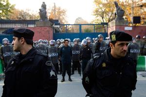 Η ιρανική αστυνομία έκλεισε την κεντρική πύλη της βρετανικής πρεσβείας