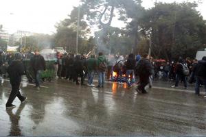 Πετροπόλεμος και φωτιές στην πορεία της Θεσσαλονίκης