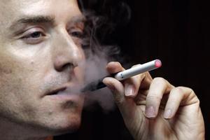 Το ηλεκτρονικό τσιγάρο βλάπτει την υγεία προειδοποιούν οι επιστήμονες