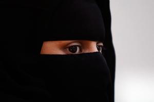 Υπέρ της μερικής απαγόρευσης της μπούρκας ο γερμανός υπουργός Εσωτερικών